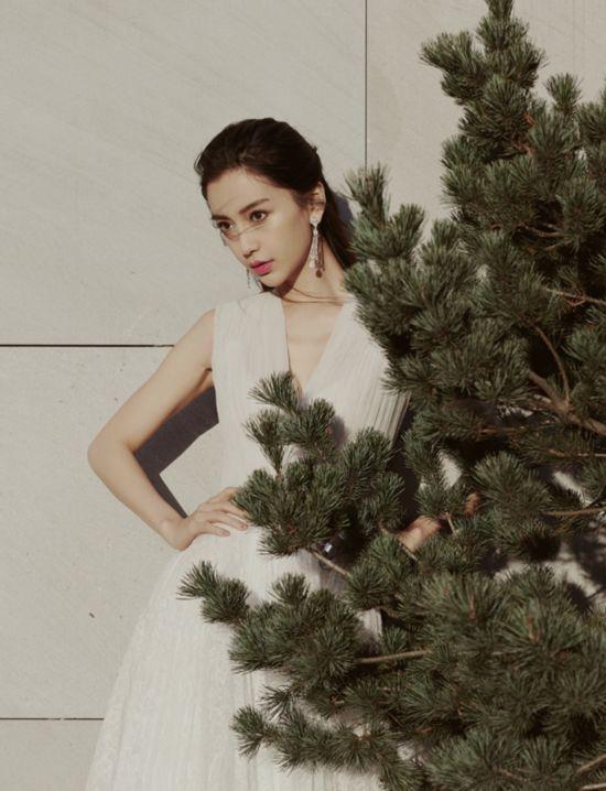 Angelababy白裙亮相上海活动 凸显清丽气质