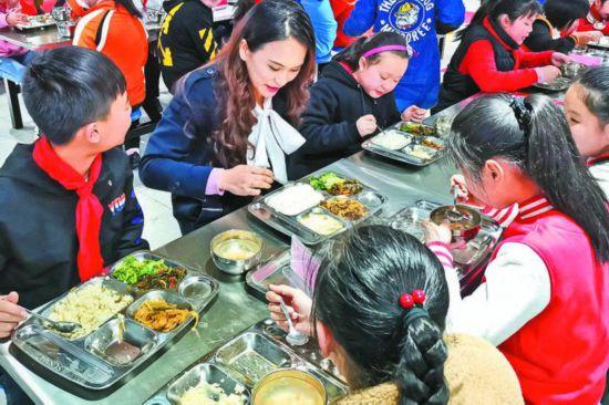 六安路小学翠微分校,校长和学生一起在学校食堂就餐。
