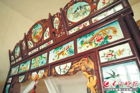←陈玉昆在50多年前创作的玻璃画,如今色彩依然鲜亮。     均为长沙晚报全媒体记者张禹,通讯员刘石江、蔡臻摄影报道