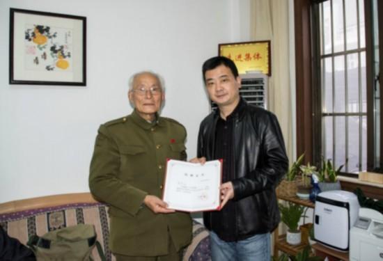 童广荣向周恩来纪念馆捐赠书法《抗战演义》
