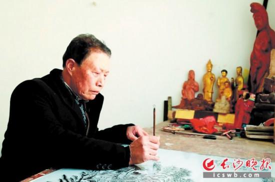 ↑今年75岁的陈玉昆,仍然坚守着玻璃画这门老手艺。