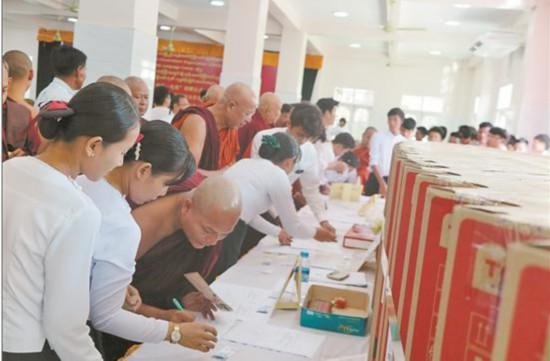 云南省国际民间组织合作促进会向缅甸寺庙捐赠电视设备