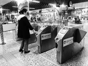 刷手机乘地铁乱扣钱?南京地铁:支付系统问题