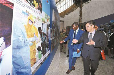 中国驻非盟使团临时代办陈绪峰与非盟委员会代表坎布齐观看展览。孙阳摄