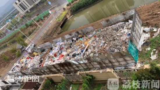 南京江宁御山府小区旁说好的绿化带变成垃圾场