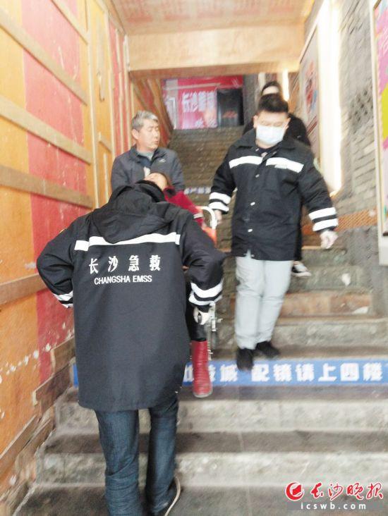 湖南省中医院120院前急救团队紧急护送患者。医院供图