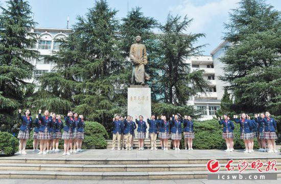 湖南第一师范学院操场,学生们大声朗诵着《沁园春・长沙》。长沙晚报全媒体记者 石祯专 邹麟 摄影报道