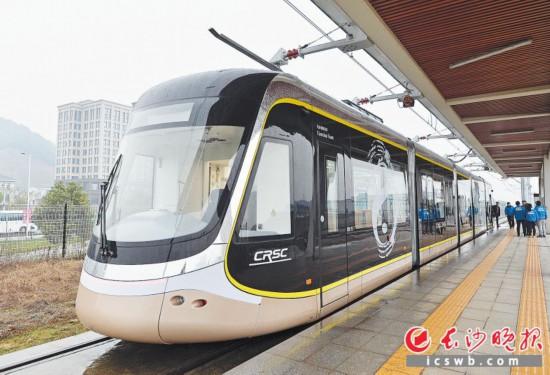 昨日,在中国通号长沙产业园,首列长沙产有轨电车正式下线。长沙晚报全媒体记者 王志伟 邹麟 摄影报道
