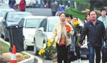 """鲜花丝带置换""""纸钱"""" 武汉14所陵园迎首个祭扫小高峰"""