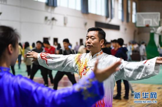 """(体育・图文互动)(1)让古籍里的中华遗产""""活""""起来――两千多年前的古代养生功法走进大学校园"""