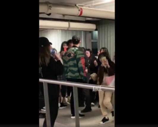 赖冠霖现身机场遭歌迷包围鞋子被踩掉