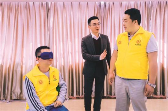 林国森(中)组织开展初级助盲培训活动。