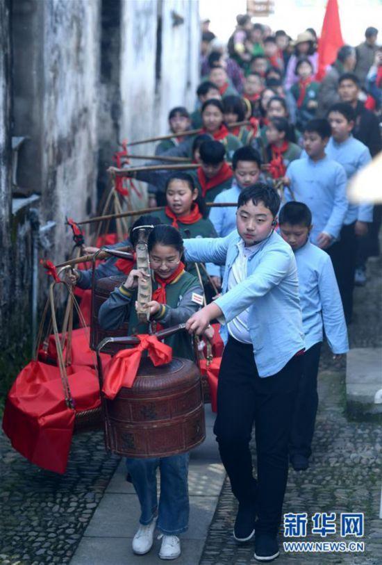 (社会)(3)浙江诸暨:古村落里体验清明习俗