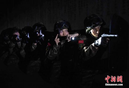 """福建武警特战队员清剿""""毒贩"""" 锤炼协同作战能力"""