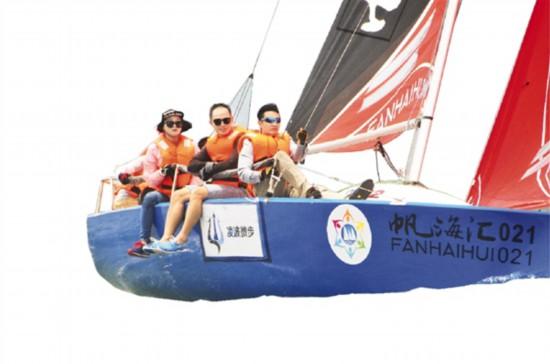 麥敏烜(右一)在深圳大鵬參加比賽,當時的隊伍叫凌波微步。
