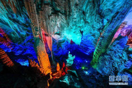(美丽中国)(1)世界自然遗产重庆芙蓉洞:幻彩夺目的地下风景