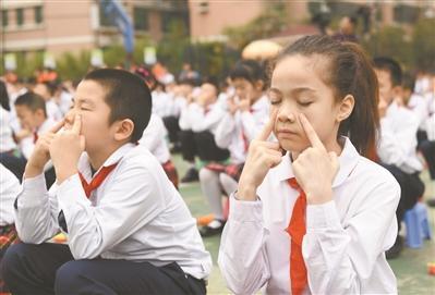 小学生在做眼睛保健操.广州日报全媒体记者乔军伟摄