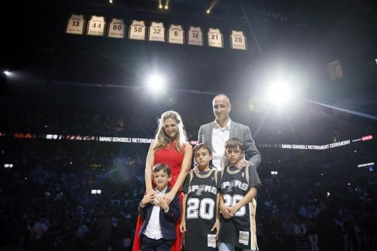 (体育)(6)篮球——NBA:马刺队为吉诺比利举行球衣退役仪式
