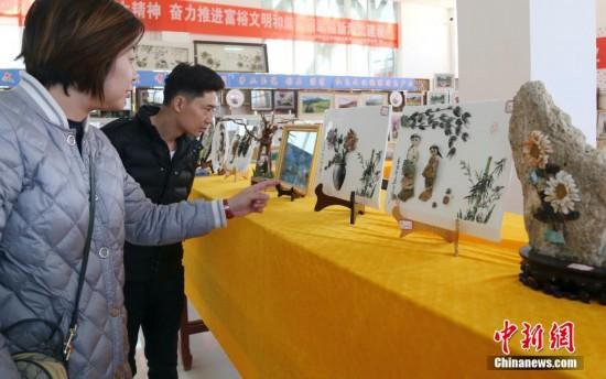 青海民间艺人将废弃玉石变成精美工艺品