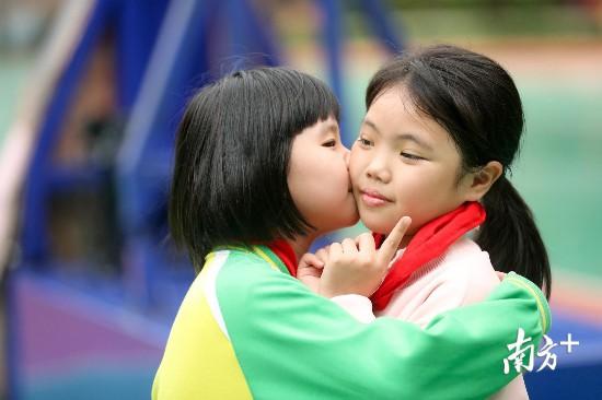 """""""潼潼,亲亲。""""只要彤彤把脸靠近,潼潼就会送上一个轻轻的吻。"""
