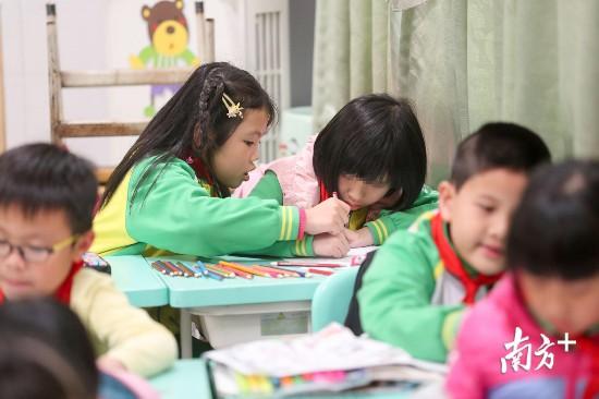 """""""彤潼""""一起在普通班上课。"""