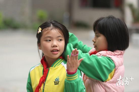 潼潼很喜欢彤彤的长头发,喜欢为她扎辫子。