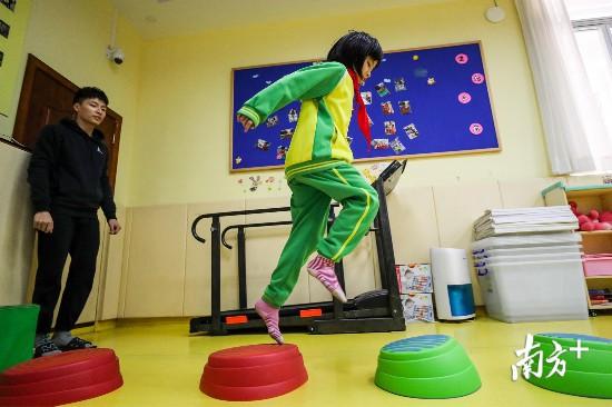 潼潼在特教班进行感统训练。