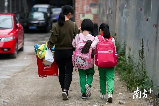 """""""彤潼""""从小学第一天开始就牵手相伴而行。"""