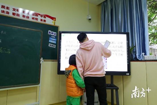 潼潼在特教班上实用语文课。