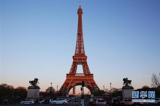 巴黎埃菲尔铁塔迎来130岁生日图片