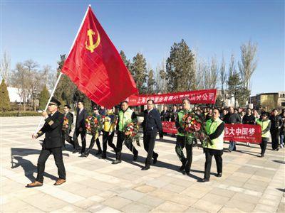 <p>  3月31日,清明节即将来临之际,社会各界人士来到银川市烈士陵园祭奠先烈。他们通过向先烈敬献花圈、鞠躬致敬、重温入党誓词、追思先烈事迹等,进行爱国主义教育活动。</p><p>  本报记者 吴宏林 摄</p>