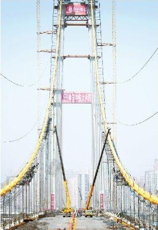 杨泗港长江大桥穿上黄金甲
