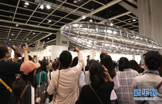 (图文互动)(3)香港巴塞尔艺术展创纪录吸引8.8万名访客