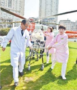 """全国""""空中转运史""""上胎龄最小体重最轻 直升机紧急转运720克超早产儿"""