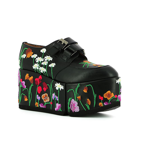 姚晨、周冬雨領銜示范度假穿搭法則 刺繡厚底鞋變身吸睛單品