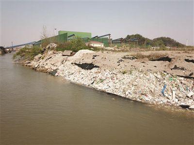 大量建筑垃圾被掩埋在长江边