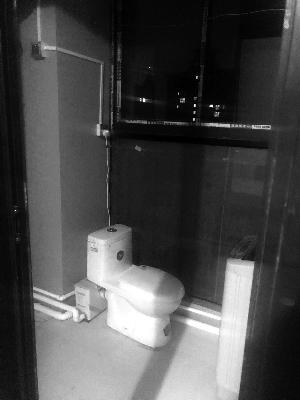 常州一小区群租房扎推一户四室两厅被隔成6个房间