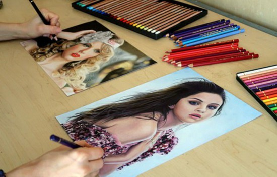 大神!荷蘭女畫家左右手同時畫兩不同明星肖像