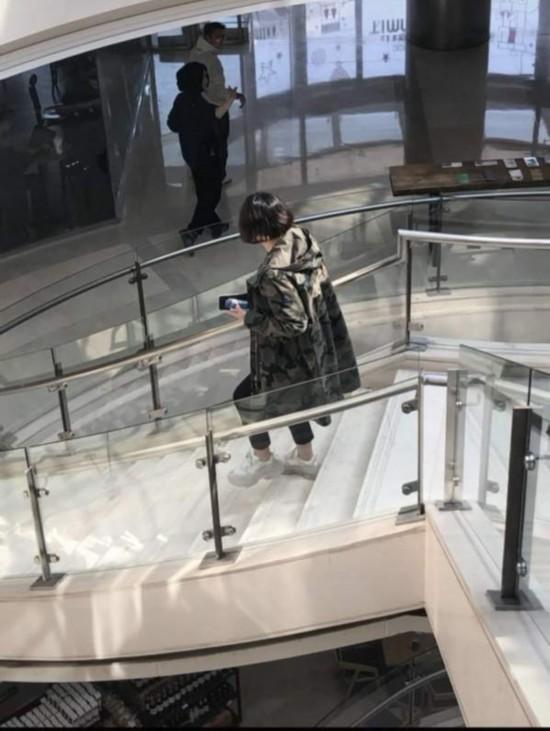 网友偶遇王菲谢霆锋合体外出 大方打招呼