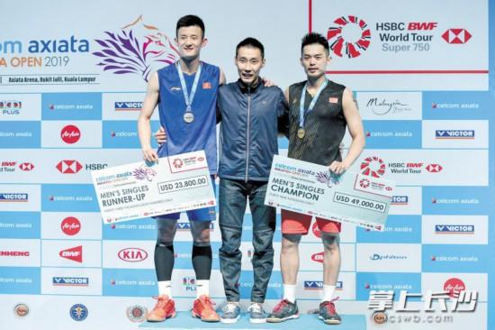 林丹、李宗伟和谌龙(从右至左)在颁奖仪式上。均为新华社发