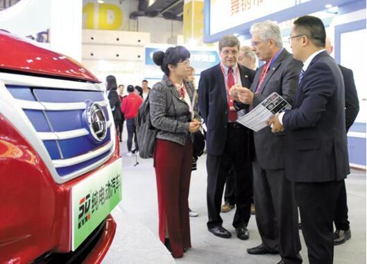 第十三届河南国际投洽会首日 两辆新能源汽车亮相展出