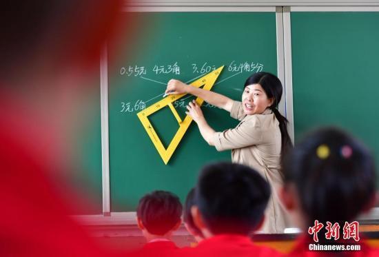 资料图。河北邢台平乡县东庙小学教室,一名教师给学生们上课。<a target='_blank'  data-cke-saved-href='http://www.chinanews.com/' href='http://www.chinanews.com/'><p  align=