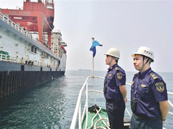 """深水铺管起重船在惠州接受""""体检"""""""