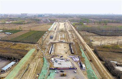 "<p>  4月9日,银川市西部水系赛马水泥铁路专线宏图街道路工程现场一派繁忙景象。该工程全长12.85公里,预计今年10月底前通车。宏图街延伸工程通车后,北端连接银川中关村创新创业产业园,南端接连银川经济技术开发区产业园,并与北京西路、贺兰山路等路段交会,成为银川市""九横十九纵""城市主干路网骨架之一。                           本报记者 党硕 摄</p>"