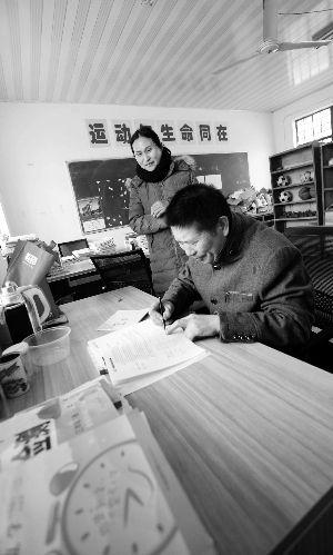 不让学生落下课 江苏东海一老师带着病妻去上班