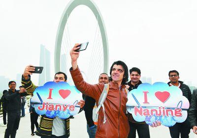 南京30余名外国留学生参观建邺多个地标
