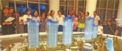 江城楼市仍在严格执行限购政策。图为二七滨江区域某楼盘销售现场