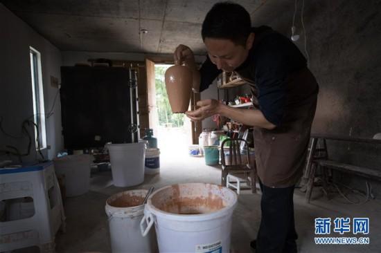 (图片故事)(1)探索古法烧制的青瓷艺人