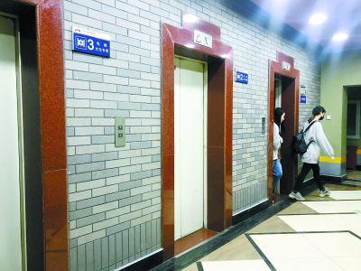 某学校设女生v学校女生讨论新一波引发女性专大衣电梯微胖图片