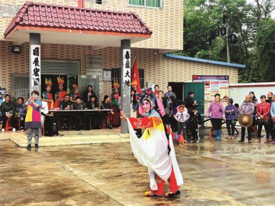 惠州:京剧送下乡 村民乐开怀